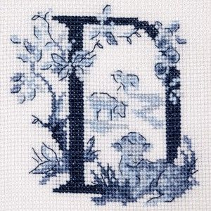 Le grand ABC «Toile de Jouy» bleu à broder au point de croix les brodeuses parisiennes