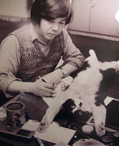 Mangaka Fujio Akatsuka with a cat model .)