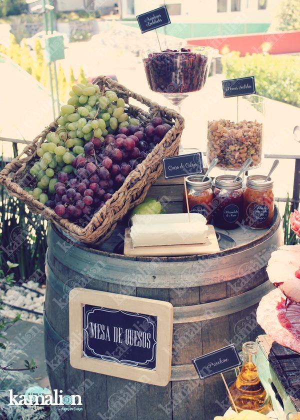 www.kamalion.com.mx - Mesa de Quesos / Botanas / Wedding / Vintage / Rustic Decor / Frascos / Jars / Cheese Table / Bread / Fruit / Frutas / Barril / Uvas / Grape.