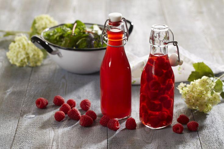 Lag deg en flaske eller to med bringebæreddik, så har du en deilig basis for bl.a. dressinger. Det er også en flott vertsgave å ha med når du skal bort.