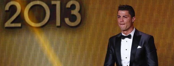 O internacional português Cristiano Ronaldo vai oferecer um carro a cada um dos seus fisioterapeutas do Real Madrid. O jogador tinha feito a promessa de que o faria se ganhasse a Bola de Ouro e agora vai cumprir.