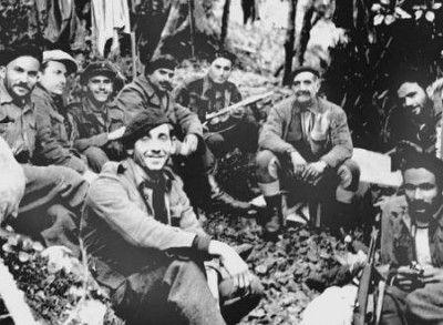 Μαχητές της ΕΟΚΑ, μαζί με τον αρχηγό τους Γεώργιο Γρίβα.