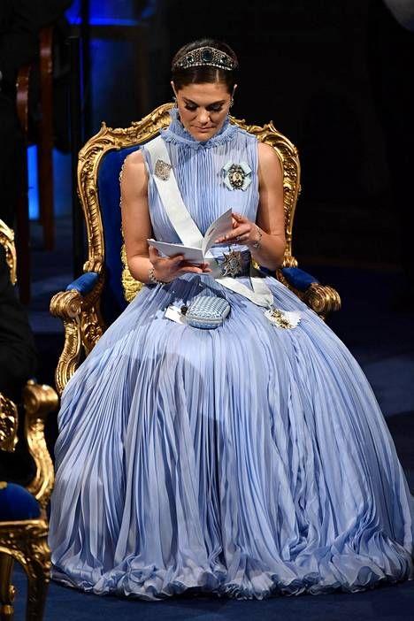 """Kruununprinsessa Victoria lumosi Nobel-gaalassa upeassa taivaansinisessä puvussa: """"Kuin kuningatar!"""" - Kuninkaalliset - Ilta-Sanomat"""