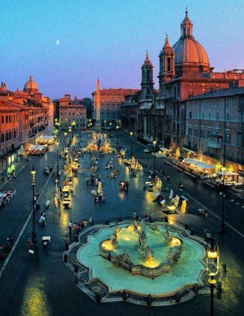 Tenue cielo azul en el horizonte visto desde la Piazza Navona ubicada en Roma, italia.