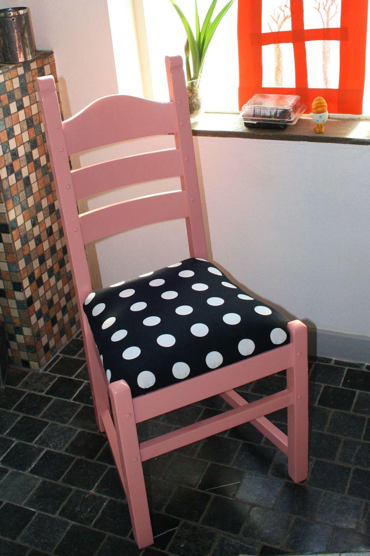 Roze #stoel. Zwarte bekleding met witte #stippen. '60 stijl