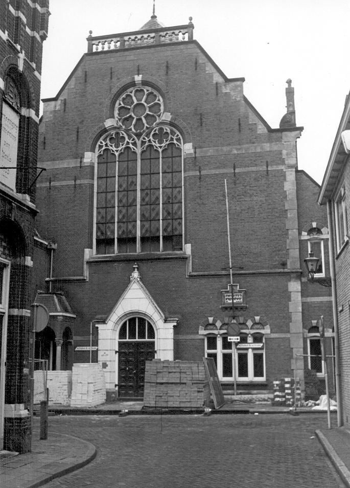 Dit is de synagoge van Zwolle aan de Samuel Hirschstraat, het is gebouwd in opdracht van de Joodse Gemeente. Rond de jaren 50 werd er veel aan stadsuitbreidingen gedaan met hoogbouw, bestaande uit honderden, soms duizenden identieke woningen
