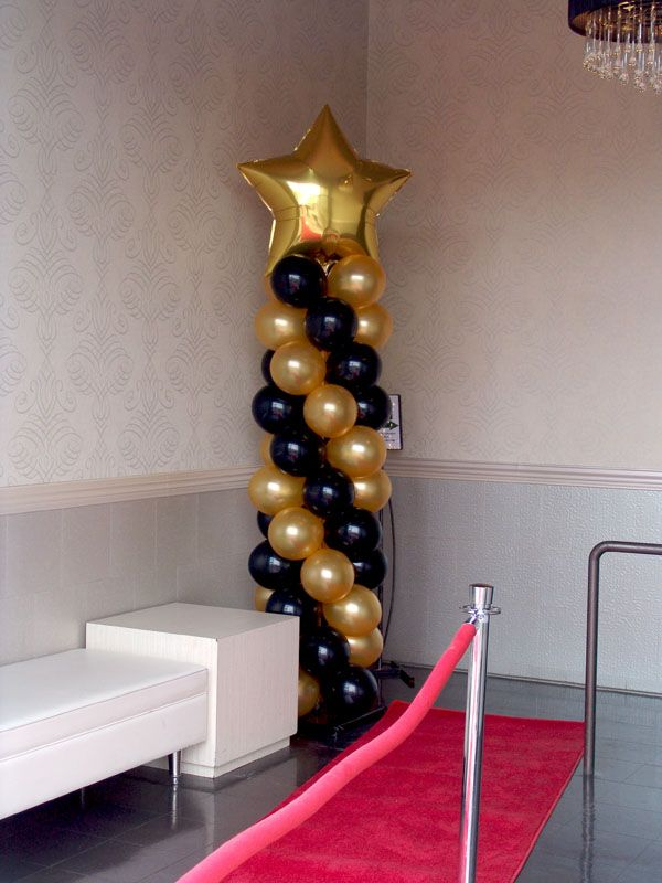 Columnas de globos con estrellas para fiesta de grado. #FiestaDeGrado