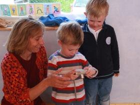 Kindergarten-Kinder mit Erzieherin beim Fotografieren; © (BIBER) Schulen ans Netz