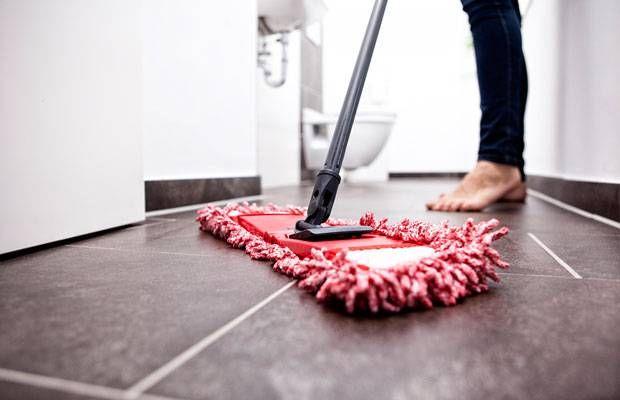Badezimmer putzen gehört bestimmt nicht zu unseren liebsten Aufgaben im Haushalt. Umso besser, dass uns dieser Trick das Putzen um einiges leichter macht.
