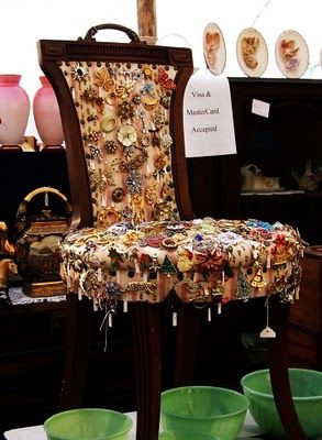 💚What a fantastic way to display some vintage brooches!: Vintage Chairs, Brooches, Booths, Jewelry Display, Costumes Jewelry, Display Ideas, Antiques Spectacular, Stores Display, Crafts