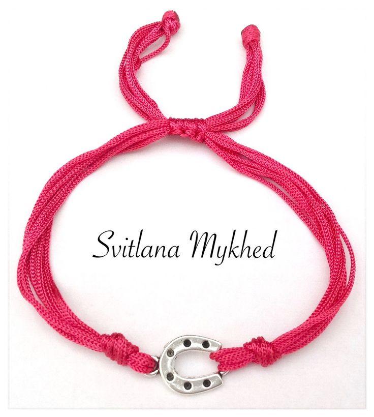 """Bracelet porte bonheure """"Fer à cheval"""" (cordon satin fuchsia) . Bracelet de l'amitié, de l'amour à offrir ou s'offrir... : Bracelet par perles-et-couronnes"""