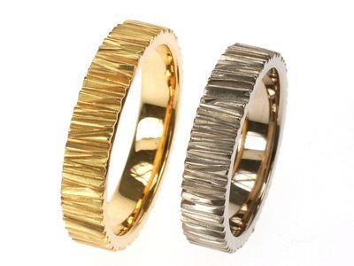 Prachtige handgemaakte gouden ringen. Met een structuur als boomschors. Uitvoering in witgoud of geelgoud of roodgoud.We kunnen verschillende kleuren gebruiken in dit model. Op de foto met zwart zirkonium, geelgoud en titanium. Ook twee of drie kleuren goud kunnen worden toegepast. Overleg met ons de megelijkheden.