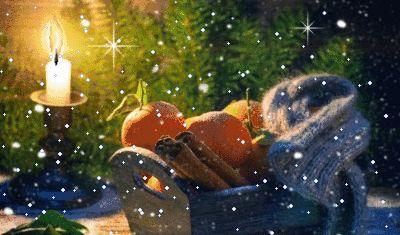 Animazione cesto di legno con i mandarini, bastoncini di cannella e sciarpa sullo sfondo di alberi e accanto a una candela accesa, SIFCO cesto di legno con i mandarini, bastoncini di cannella e sciarpa sullo sfondo di alberi e accanto a una candela che brucia