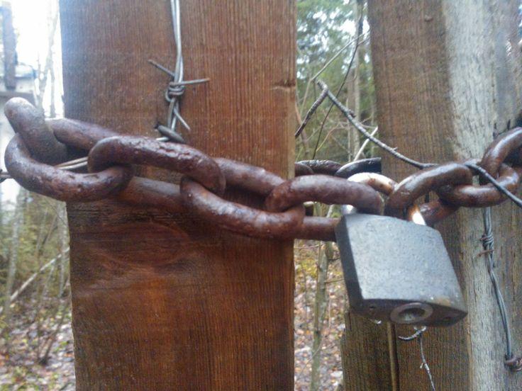 Lukkossa, piikkilangan vartioima, metsään kätketty..