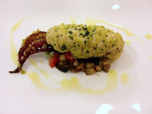 """Un """"calamaro"""" con il ciuffo e con la spada (con uvetta , pinoli e caponatina di melanzane in agrodolce) - chef Maurizio Pinto"""
