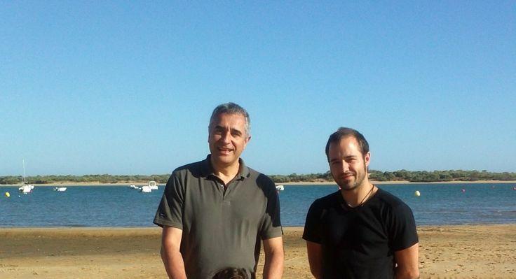 Cristobal Amo con antonio en la playa