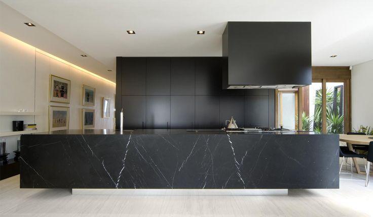 Black kitschen by Australian architects Chamberlain Javens Architects.