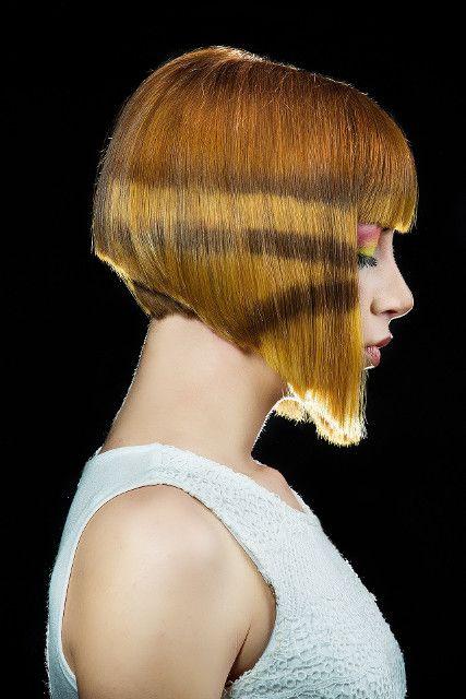 Tipo de penteado: inverted bob with bangs. Cabelo castanho claro médio. Pose: perfil. [CC0 1.0]