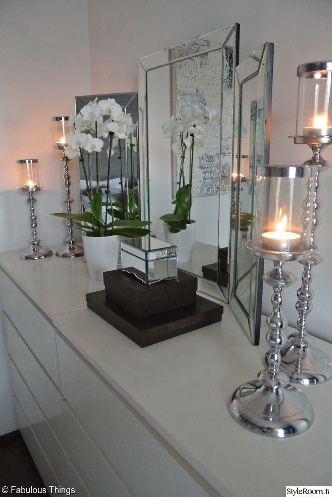 makuuhuone,makuuhuoneen sisustus,kampauspöytä,peili,kynttilät,kynttilänjalat,korurasia