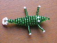Bonjour, il y a quelques années, j'avais fait un crocodile pour mettre sur mon trousseau de clé... mais voilà, mon petit croco a fini par perdre une de ces patte, le pauvre ;( ... j'ai donc décidé d'y remédier et lui ai refait une petite beauté!!! Matériel:...