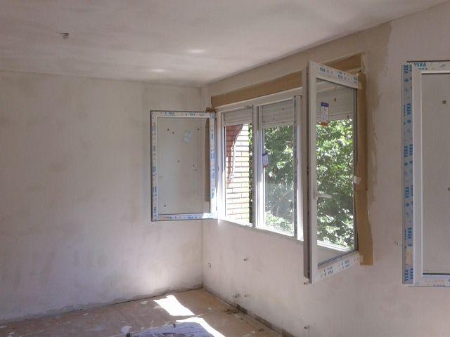 Carpintería exterior oscilobatiente de PVC color blanco, cajón de persiana aislado y persiana de lamas aluminio inyectado,