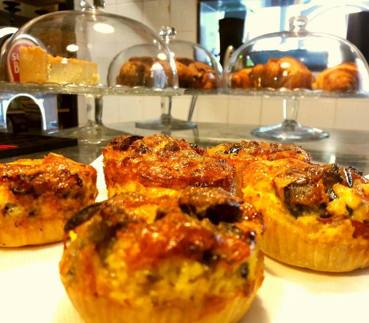 Acabadas de sair do forno mini Quiches de Beringela e Pimento assado com queijo da Ilha, deliciosas, só mesmo no ...do Vigário.