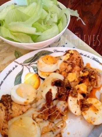 Pecsenye csirkemell főtt tojással, sajttal