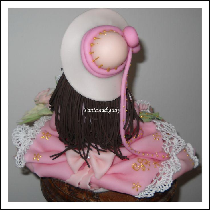 Una creazione di Giuliana B: Bambola in posizione seduta  in pasta di mais modellata e dipinta a mano. www.fantasiadigiuly.com