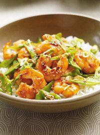 Sauté de crevettes au sésame  60 ml (1/4 tasse) de sauce hoisin30 ml (2 c. à soupe) de vinaigre de riz30 ml (2 c. à soupe) de sauce soya675 g (1 1/2 lb) de crevettes décortiquées et déveinées60 ml (1/4 tasse) d'huile d'olive500 ml (2 tasses) de pois mange-tout parés et coupés en trois en biais6 oignons verts, tranchés finement (le blanc et le vert séparés)30 ml (2 c. à soupe) de graines de sésame15 ml (1 c. à soupe) de gingembre frais haché2 gousses d'ail, hachées1 ml (1/4 c. à thé) de purée…