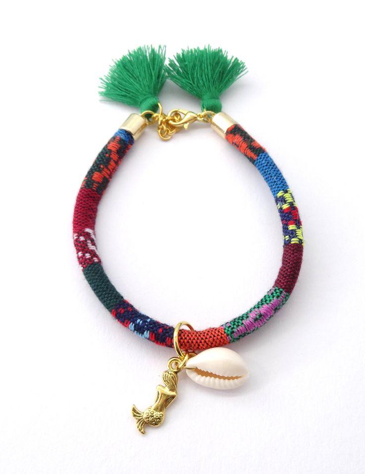 Kleurrijke Indiaanse armband, zeemeermin armband, tribal armband, inheemse sieraden, zee schelp armband, etnische armband, boho armband door HipLikeMe op Etsy https://www.etsy.com/nl/listing/277580020/kleurrijke-indiaanse-armband-zeemeermin