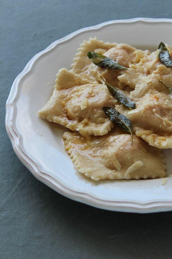 Ravióli de abóbora com sálvia, uma receita feita em casa do começo ao fim, da massa ao recheio, terminando na cobertura de manteiga com folhas de sálvia.