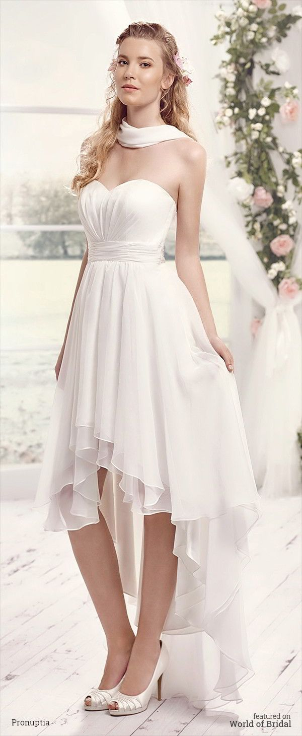 Very elegant this wedding dress while chiffon is short in front and long behind. Size marked by a fold belt, bustier to the feminine heart shape. Light and airy for a refined and modern bride.