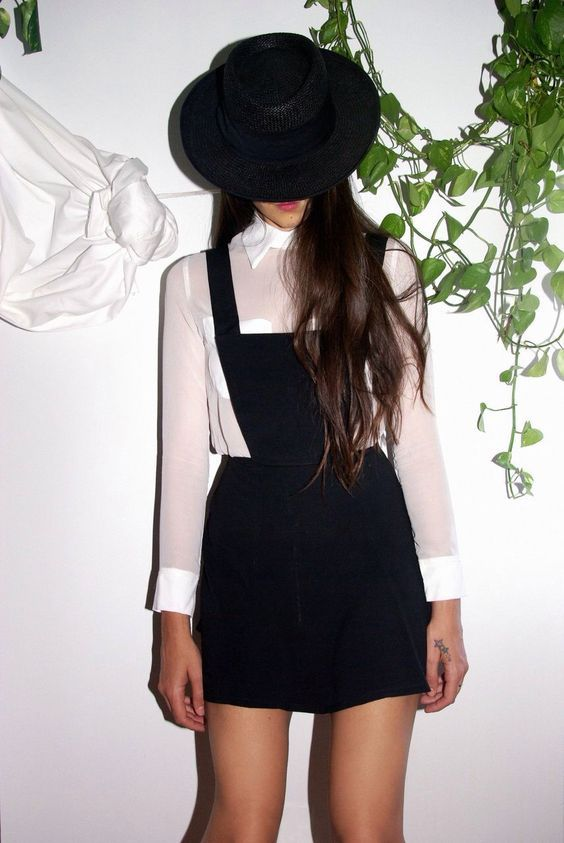 Outfits con un overol negro que tus días de universitaria necesitan