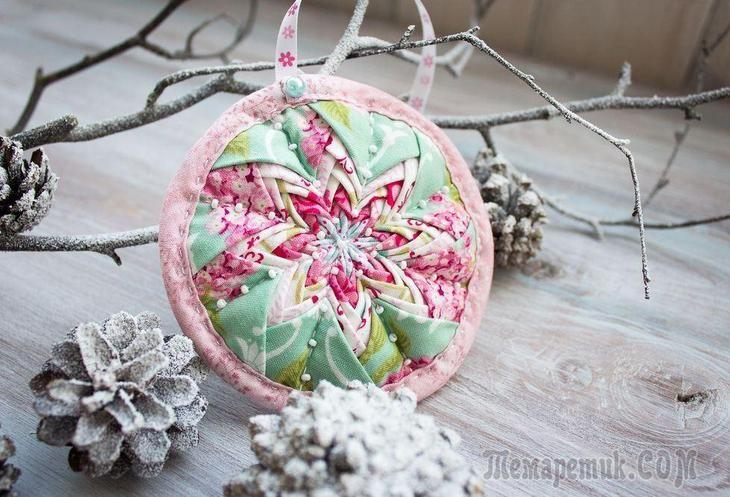 Такая подвеска станет отличным украшением праздничной ели или новогодним сувениром для близких.Инструменты и материалы:1. Ткань пяти цветов, сочетающаяся между собой.2. Ткань для основы, любая.3. Синт...