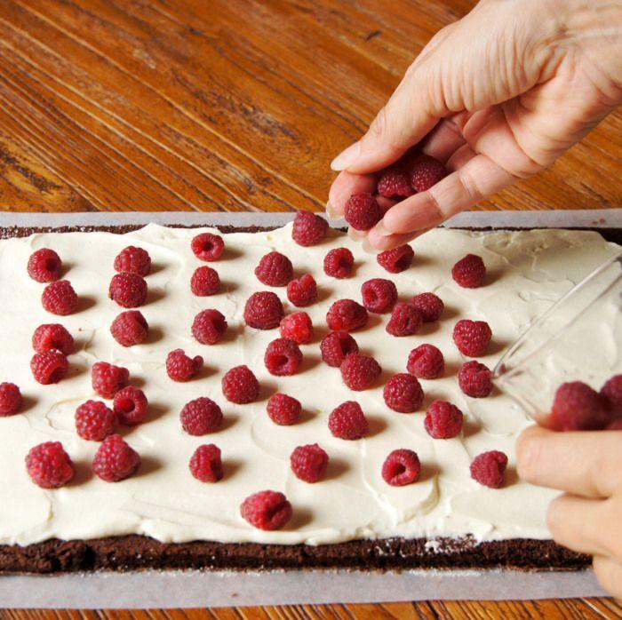 Roulé au chocolat crème de mascarpone et framboises – Gâteaux & Délices