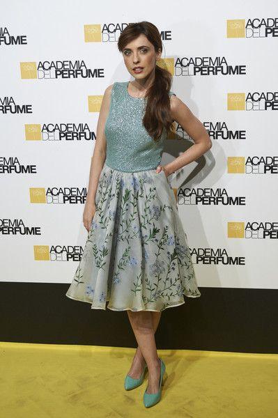 Leticia Dolera  con vestido combinado con falda de estampado floral y top azul de Dolores Promesas Heaven con salones azules de Lodi