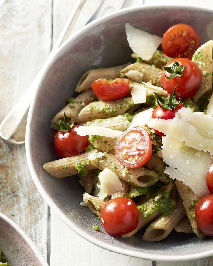 Pasta pesto is een topklassieker, en het beste nieuws is: je zet deze heerlijke vegetarische maaltijd in minder dan 20 minuten op tafel.
