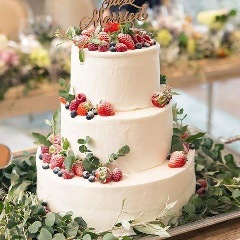 * ウェディングケーキ。 . 王道のいちごにベリーをプラスして、 正統派なケーキに仕上げてもらいました。 . ネイキッドケーキも憧れたけど意外と費用が高くなることが分かり、ここは節約 ⍨⃝ . 会場の雰囲気にもぴったりなナチュラル感で すごく可愛かった! . #結婚式レポ #ウェディングケーキ #ウェディングケーキデザイン #ケーキトッパー #ナチュラルウェディング