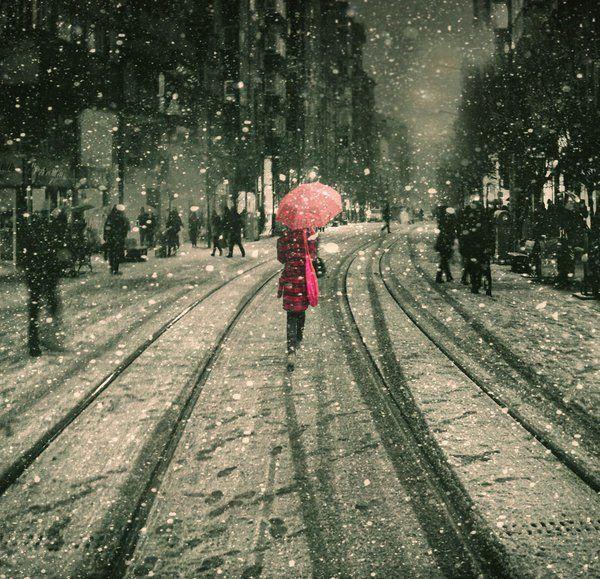 """ellerimde patlamış mısır/ bir filmin ortasında çıkıyorum salondan/ kendine yüksünen sokaklar/ ıslanmaktan ağırlaşmış kaldırım taşları/ ve sokak palyaçoları...  dedim """"gelme"""" dedi """"zaman ne"""" dedim """"saman altı"""" dedi """"göç vakti"""" dedim """"film bitti"""" dedi """"gidelim mi""""  zaman Aralık'tı  Dedim """"kar mı yağacak"""" Dedi """"hava yumuşak""""  içim ısındı çarçabuk saklanacak bir düş mü bulsak…..  s.d"""