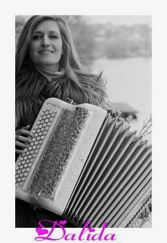 """Dalida, 1933-87, französische Sängerin und Schauspielerin, posiert mit Akkordeon. Einer ihrer Songs ist: """"Mais il y a l'accordéon"""" - natürlich mit Akkordeon-Begleitung. Stichworte: #Accordion #Player #Celebrity"""