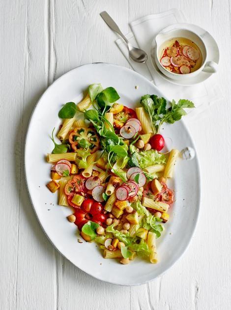 Gebratene Zucchiniwürfel mischen sich mit Kichererbsen, Endivie, Portulak und Tomaten unter die Rigatoni. Dazu gibt es Radieschen-Vinaigrette mit Rauchmandeln. Was für ein Salat!