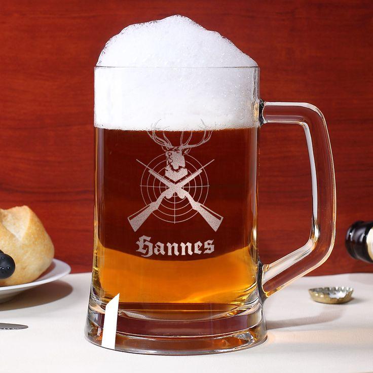 Der gravierte Bierkrug von Leonardo ist das richtige Trinkgefäß für den begeisterten Jäger.   Wer nach der Jagd gerne bei einem Glas Bier entspannt wird sich über diesen persönlichen 0,5 L Bierseidel sicher freuen. Dieses Bierglas wir einseitig mit einer gravierten Verzierung versehen. Dazu gehören Zielscheibe, Geweih und Gewehre.
