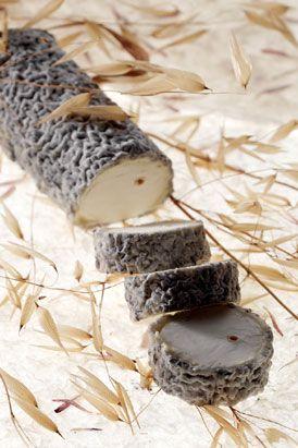 Le Sainte Maure de Touraine est un fromage de lait de chèvre entier cru à pâte molle portant une croûte cendrée. La bûche est traversée par une paille de seigle.