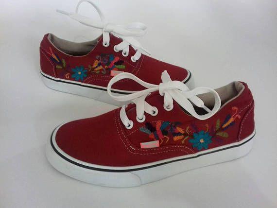 Tennis shoes embroidered by hand with OTOMI embroidery. TENANGO,Hidalgo.MÉXICO !!! Bordados de Tenango, manteles, caminos, servilletas, ropa, bolsos tipo clutch....Visita nuestra pagina de Face https://www.facebook.com/holasenorita  Whats. 5514771431. SENDING WORLWIDE ✈🌎✈🌏✈🌎