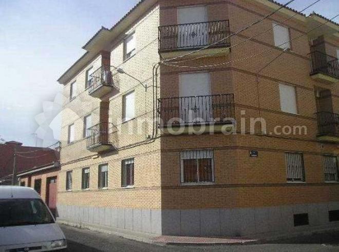 Piso en la localidad de Fuensalida con 66 m² repartidos en 1 habitación, 1 baño completo, salón comedor y cocina. Plaza de garaje y trastero.