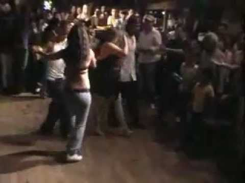 Cali Style is all footwork.Colombianos en Cali bailando su estilo de Salsa en una discoteca en Cali.Just regular Colombians doin' their thang thang at a salsa club somewhere in Cali,Colombia.Look at both couples on the dance floor,guy at the back does great footwork too.       Salsa Caleña Juanchito Colombiana Style Venezuela Mexicana Boricua Br...