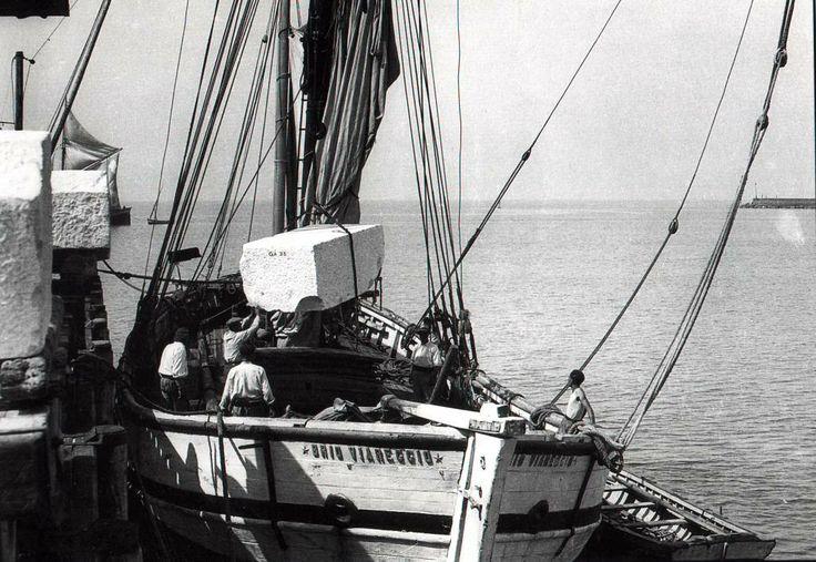 Imbarco di un blocco di marmo