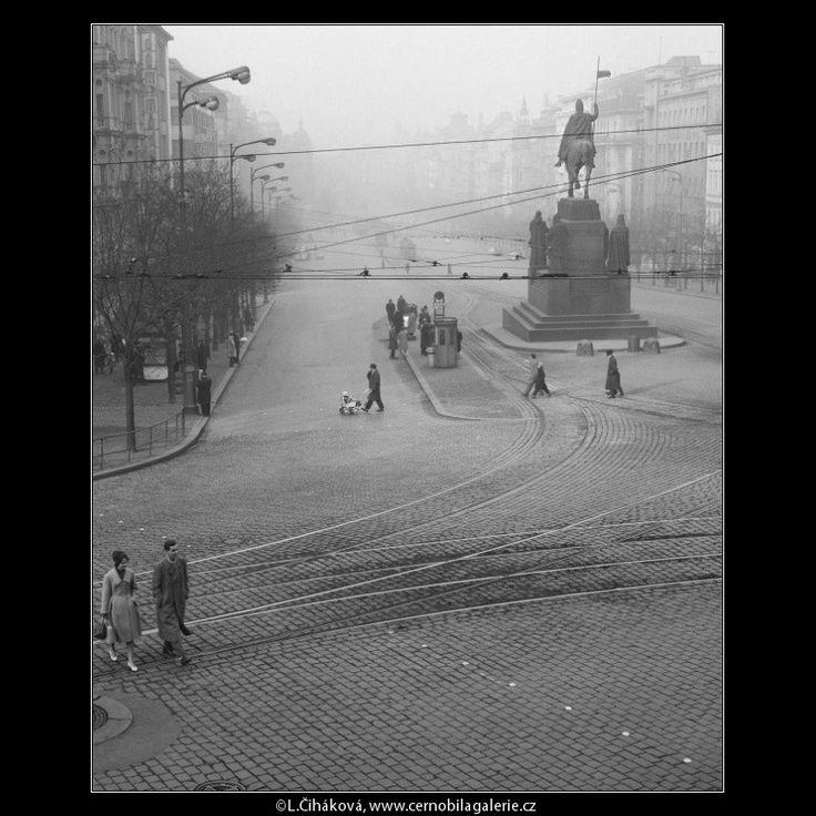 Pohled od Muzea na Václavské náměstí (1024-2) • Praha, prosinec 1960 •   černobílá fotografie, Václavské náměstí, socha sv.Václava, lidé, koleje, dlažba, mlha  • black and white photograph, Prague 