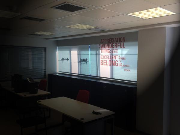 Διακόσμηση γραφείων εταιρείας με σύνθεση ρολλοκουρτίνων (εκτύπωση σε βινυλόπανο).
