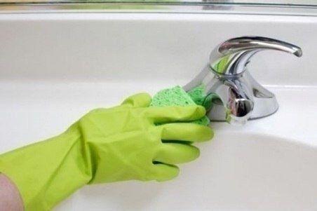 Componentes necessários: 1. Acetona  2. Fécula de batata  3. Luva  4. Esponja.    Misture o amido e acetona até formar uma pasta, espalha sobre a superfície a ser limpa e deixe por 15-25 minutos. Limpe com uma esponja macia e depois enxague com bastante água.